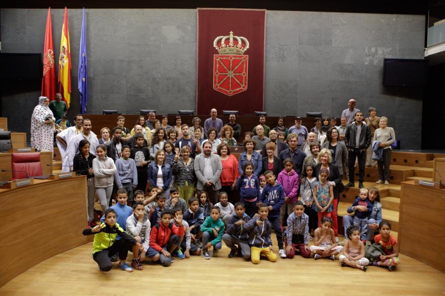 El Parlamento recibe a los niños y niñas saharauis que pasan el verano en Navarra