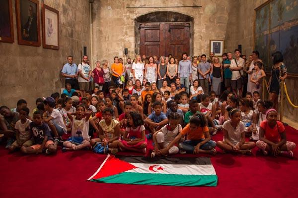 Los niños saharauis del programa de acogida Vacaciones en Paz visitan el Consejo de Mallorca y el Gobierno Balear.