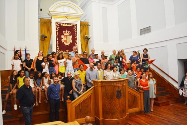 Un grupo de niños y niñas saharauis de Vacaciones en Paz son recibidos en las Cortes Regionales de Castilla-La Mancha