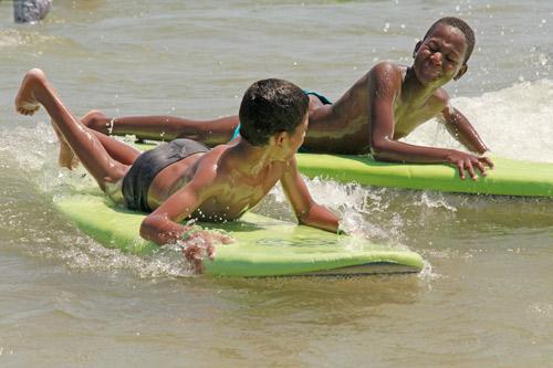 dos niños saharauis practicando Surf